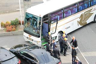 大型バスで到着.jpg